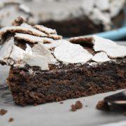 gâteau au chocolat meringué découpe