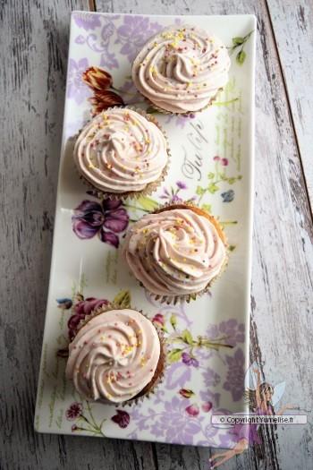 cupcakes à la fraise et au chocolat blanc dessus