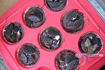 muffins avec les morceaux d'Oreo dessus