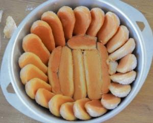 fond du moule aux biscuits pour charlotte à la rhubarbe