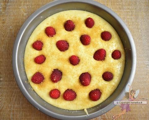 gâteau à la compote de rhubarbe avant cuisson