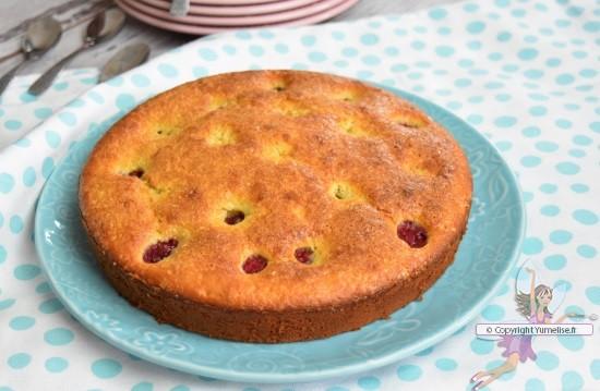 le gâteau avec compote de rhuarbe et framboises