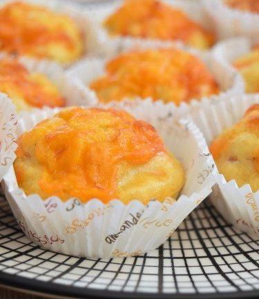les muffins salés au cheddar, bacon et à la compote de pommes en caissettes