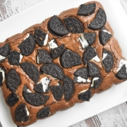 brownie avec biscuits Oreo dessus