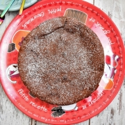 gâteau au chocolat et à la crème liquide