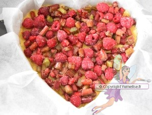 gâteau crumble rhubarbe et framboises à l'intérieur
