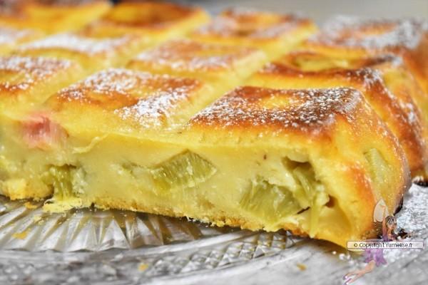 coupe du gâteau-flan à la rhubarbe