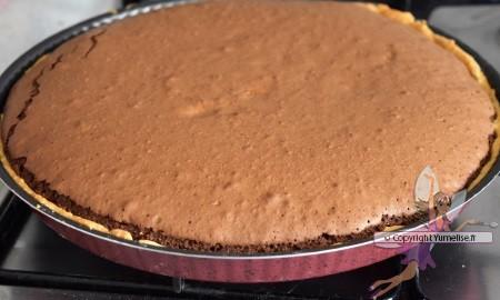 tarte chocolat café sortie du four, dans le moule