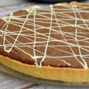 tarte chocolat afé et décor filets de chocolat blanc