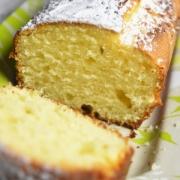 coupe du cake citron vert et jaunes d'oeufs