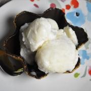 sorbet à la p^che plate dans coupe au chocolat
