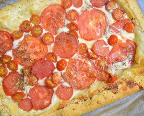 tomates et gouda sur pâte feuilletée