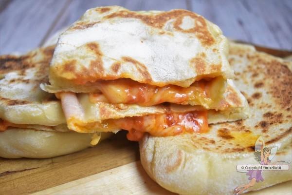 pains plats farcis au Gouda et sauce tomate