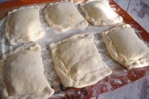 petits pains plats farcis avant cuisson