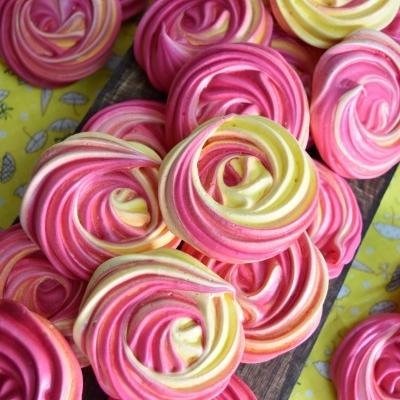 meringues en fleurs colorées