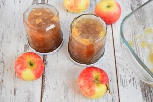 pots de confiture de pommes aux épices de Noël