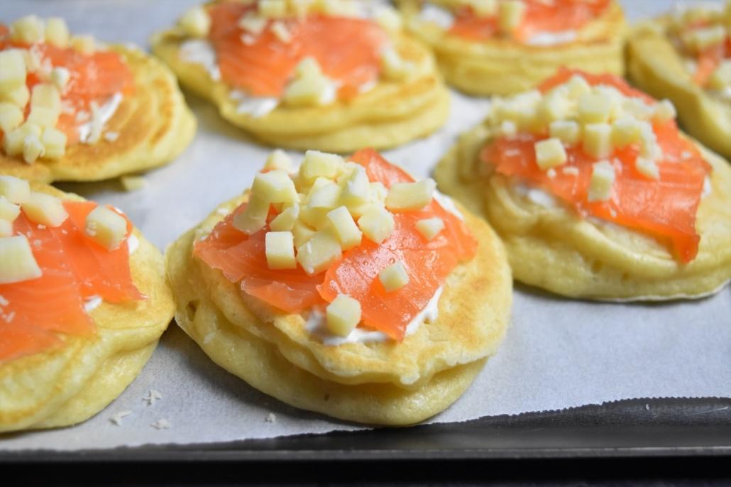 blinis au saumon fumé et mozzarella râpée avant cuisson