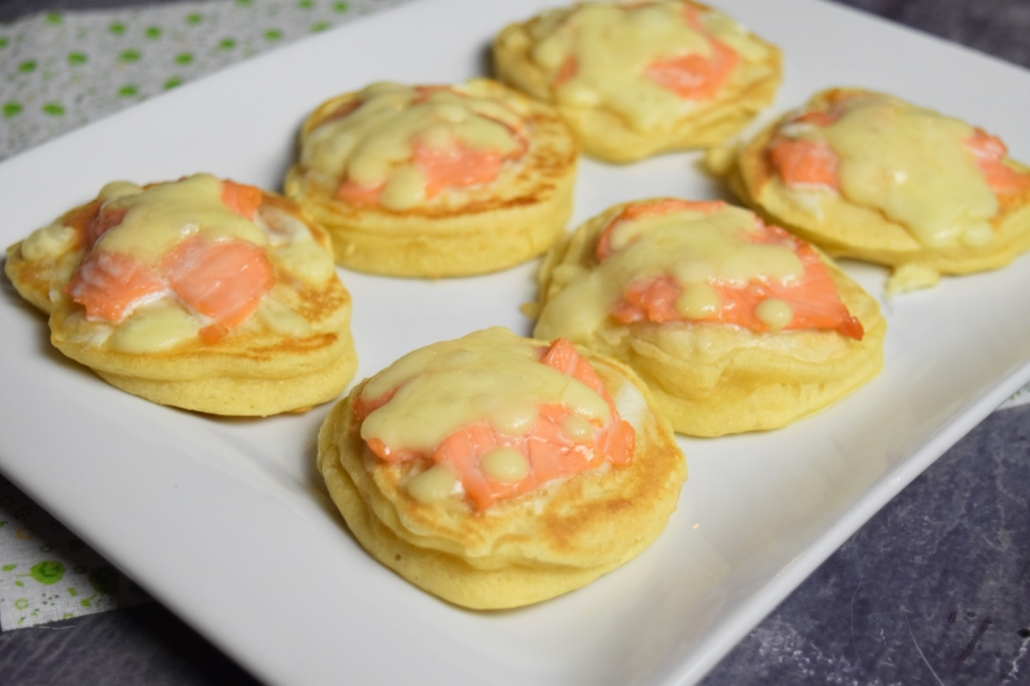 Blinis au saumon fumés gratinés avec de la mozzarella