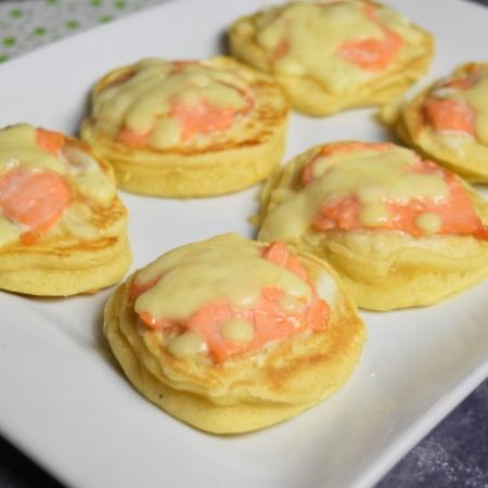 blinis au saumon fumé et mozzarella gratinés