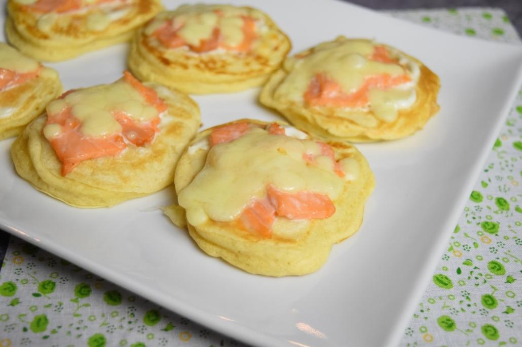 blinis maison avec saumon fumé et mozzarella