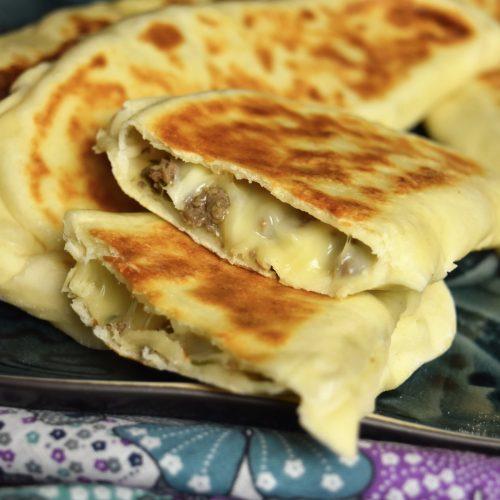 crêpe turque farcie à la viande hachée et fromage