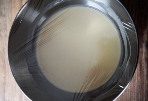 repos de la pâte sous film alimentaire