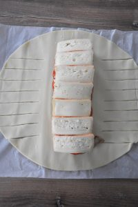 découpe de la pâte pour feuilleté tressé