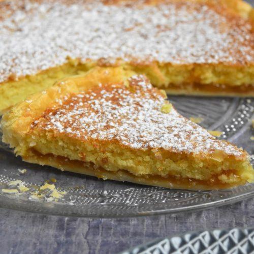 Part de tarte amandine à la confiture