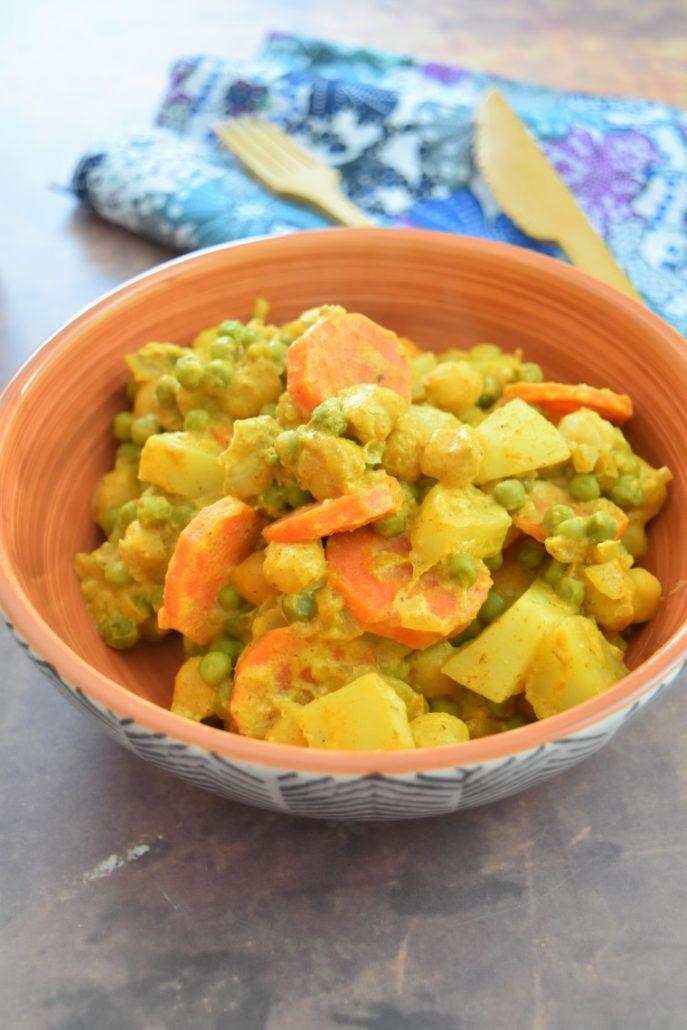 Korma aux pommes de terre, carottes, petits pois et pois chiches