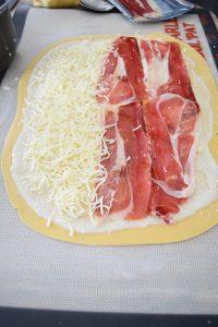 Rectangle de pâte avec jambon et fromage