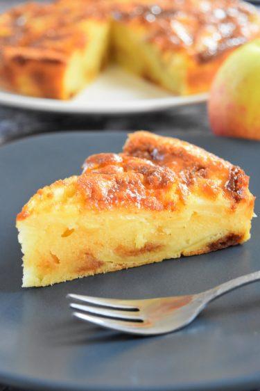Gâteau au yaourt, pommes et caramel beurre salé