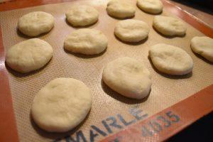 Préparation des beignets au yaourt