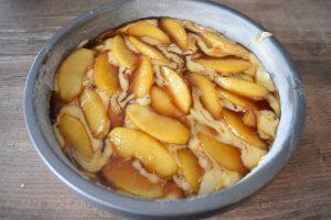 Gâteau aux pommes arrosé de caramel beurre salé