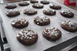 Biscuits badigeonnés de lait et au sucre perlé