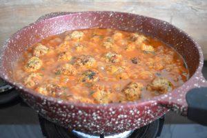 Cuisson des boulettes de boeuf en sauce