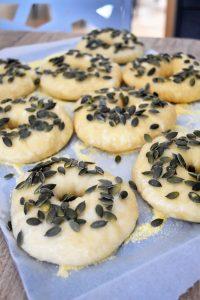 Bagels dorés au blanc d'oeuf et aux graines