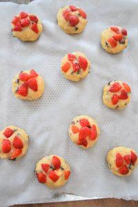 Cookies avec morceaux de fraises fraîches