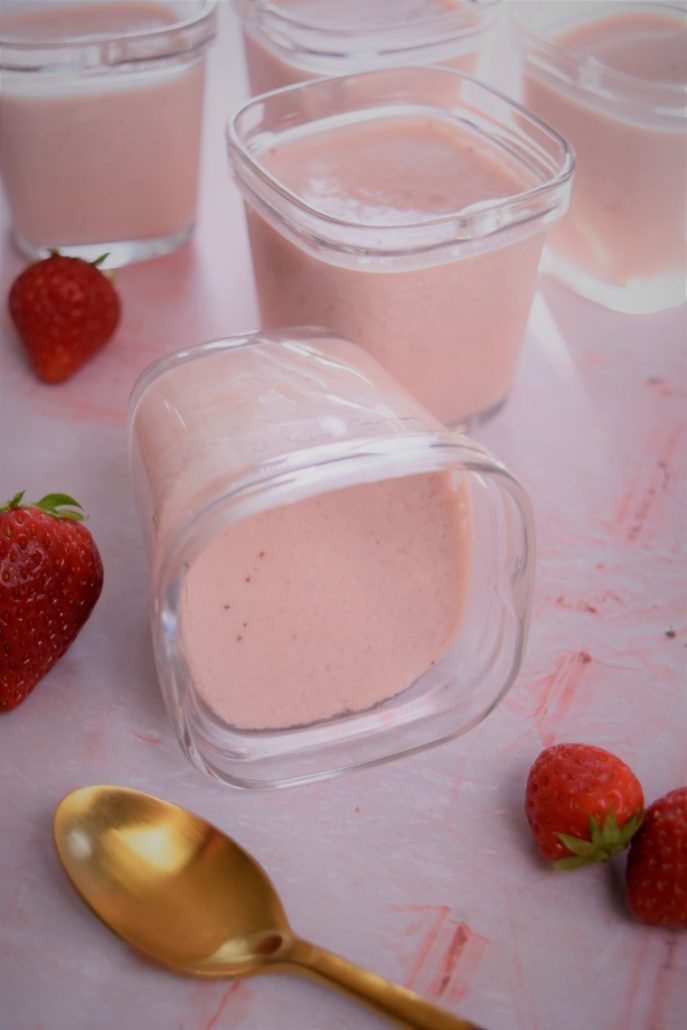 Yaourt maison aux fraises fraîches