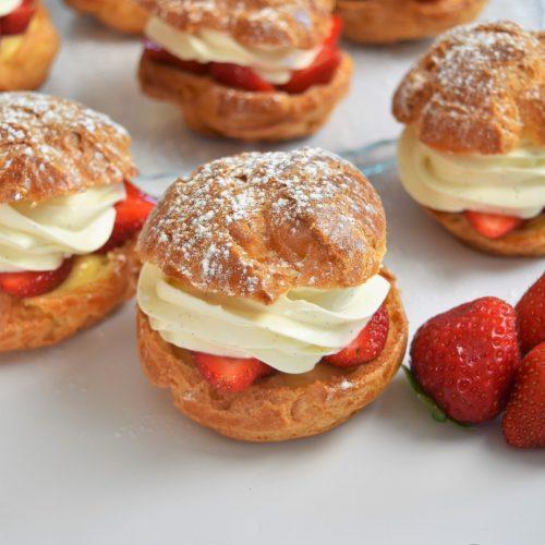 Choux à la fraise, crème caremel et ganache montée vanille