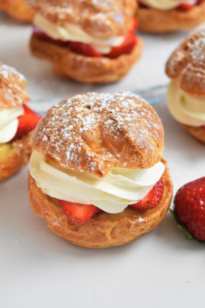 Choux à la fraise, crème pâtissière caramel et ganache montée vanille