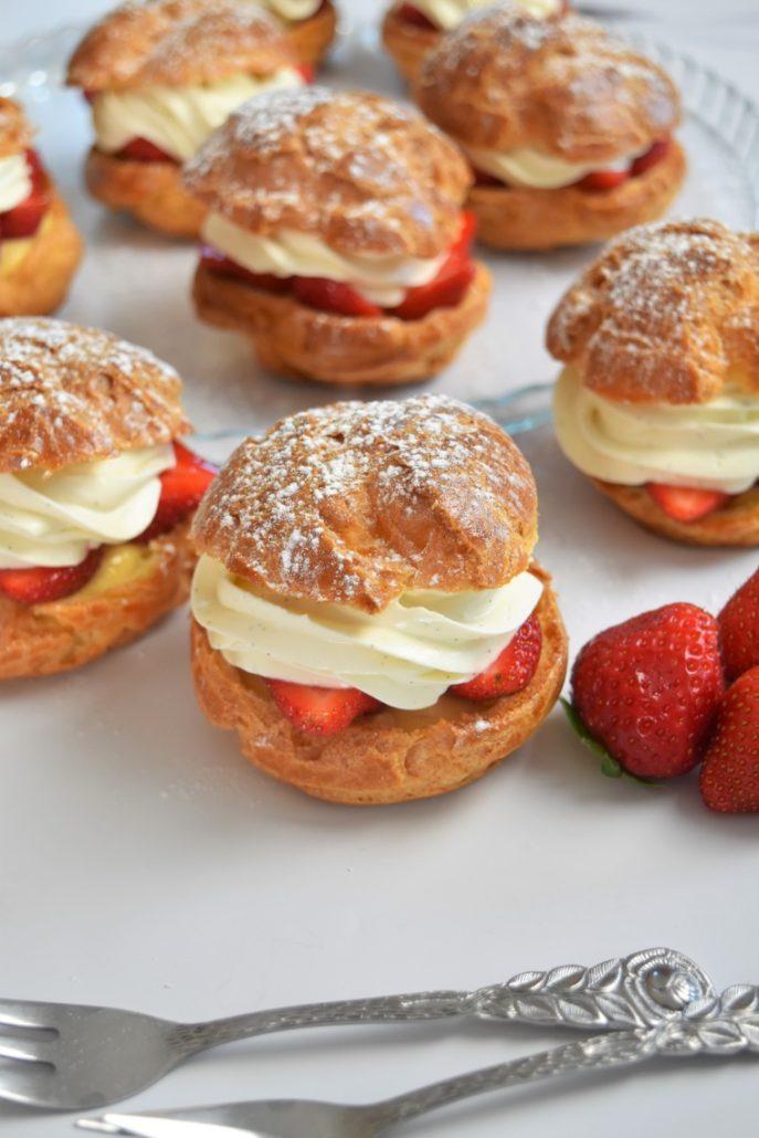 Choux aux fraises, crème caramel et ganache montée vanille chocolat blanc