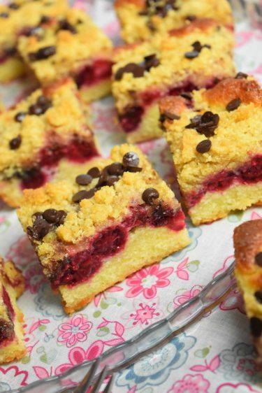 Cake crumble aux framboises et pépites de chocolat