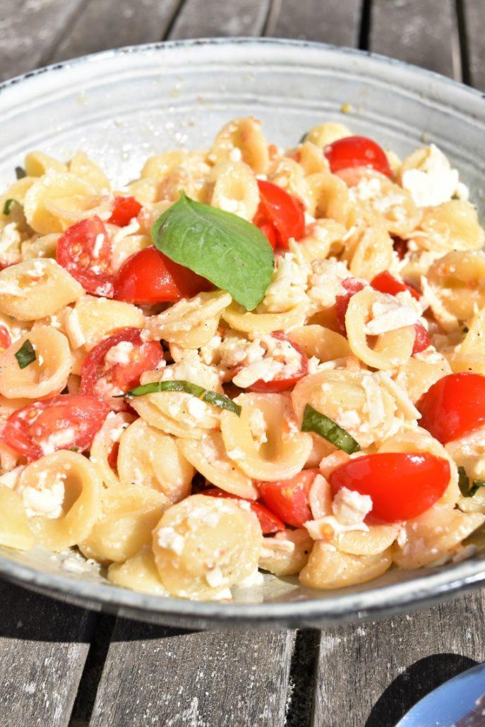 Salade de pâtes, basilic, tomates cerises, ricotta