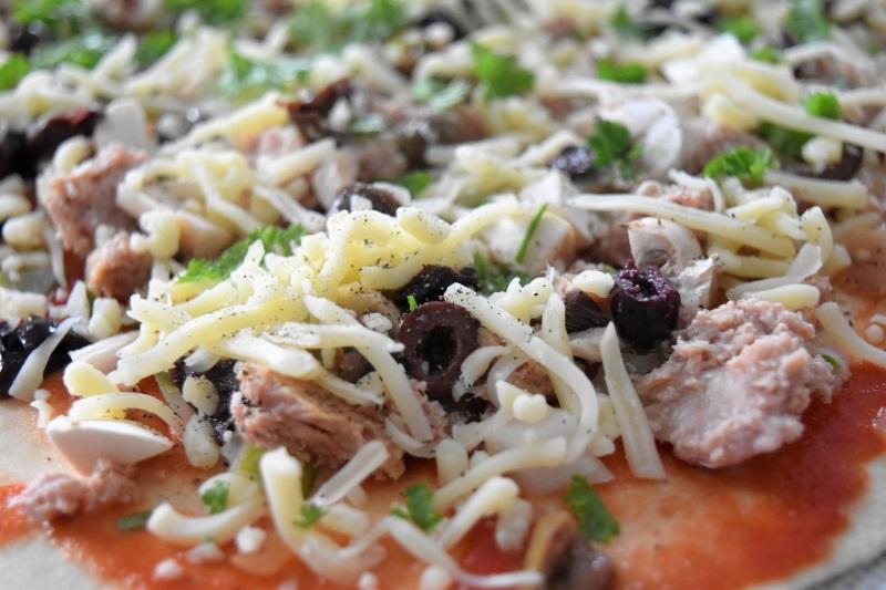 Pizza garnie au thon