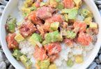 Poke bowl au saumon cru et avocat
