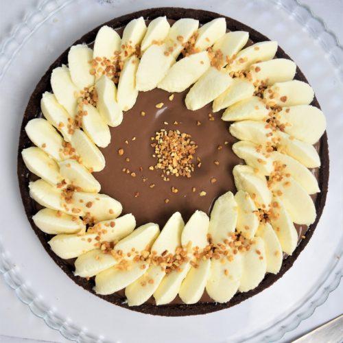 Trate au chocolat au lait, ganache montée chocolat blanc et caramel beurre salé