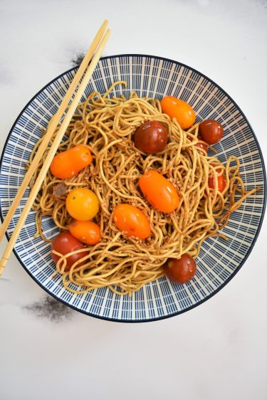 Nouilles chinoises au tahini et tomates cerises