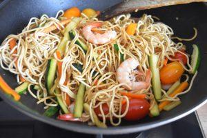 Nouilles aux crevettes, courgette, carotte, tomates