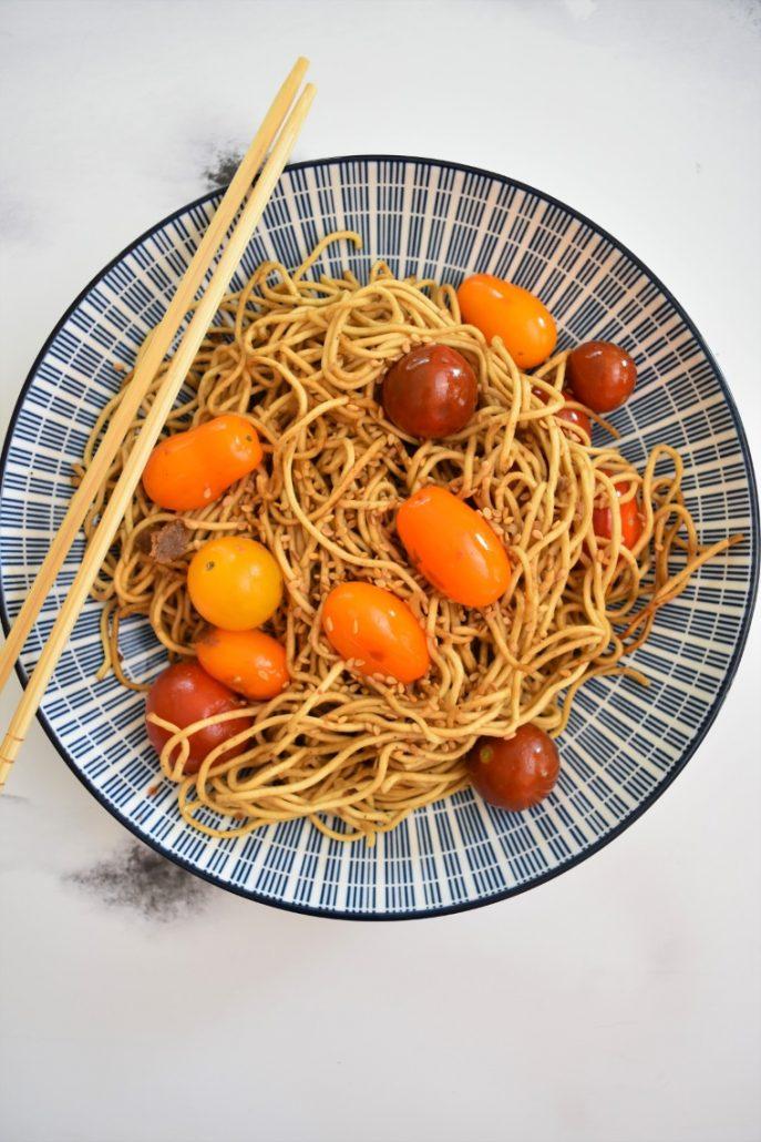 Nouilles chinoises aux tomates cerises et sauce sésame