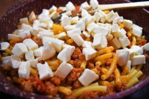 Pâtes au ragoût et mozzarella